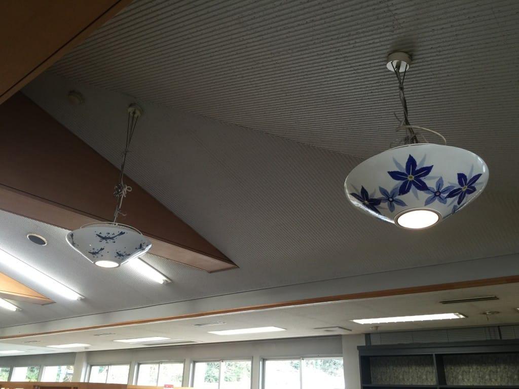 カフェコーナーにある電球の笠も砥部焼