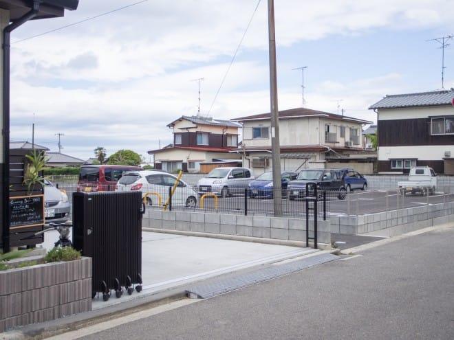 店舗横の駐車場