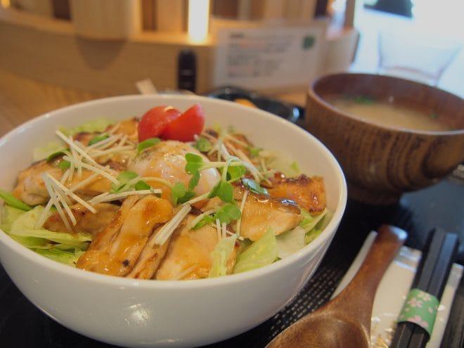 シーユーカフェ媛っこ地鶏のシャキシャキ照焼丼1