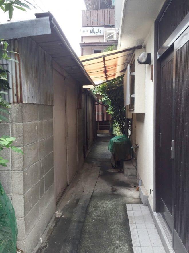 細い通路/城山カフェ