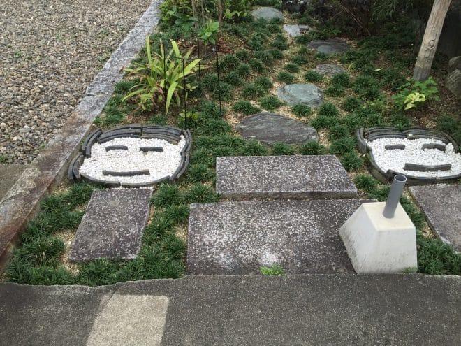 駐車場横こけし