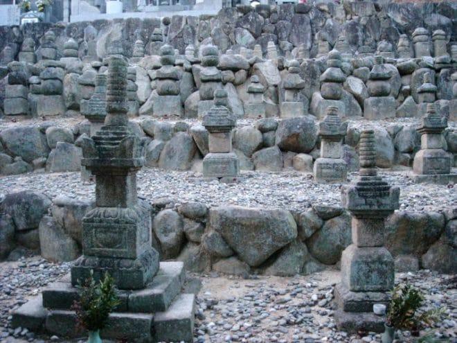 金蓮寺の墓石群