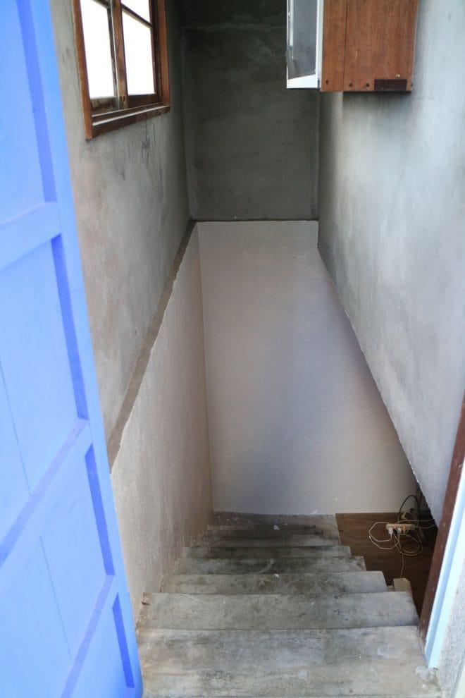 公園裏食堂の地下室への階段