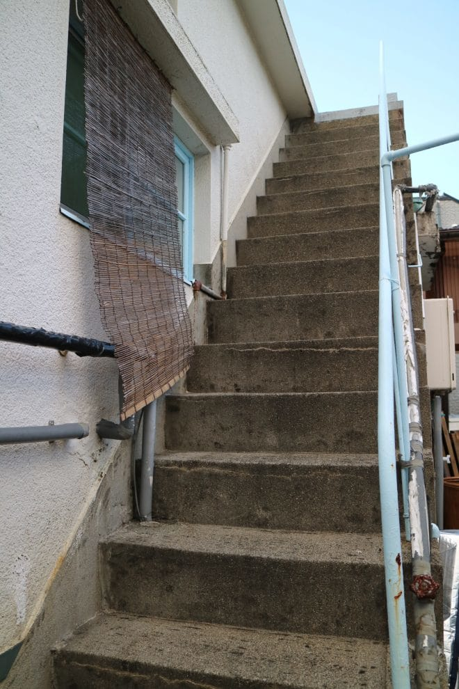 公園裏食堂の階段