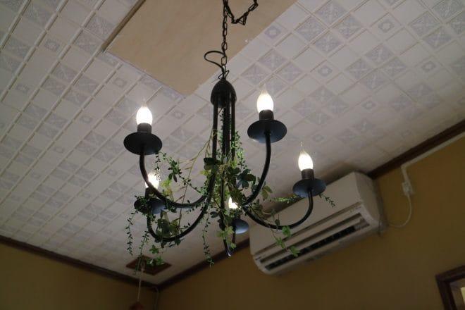 公園裏食堂のシャンデリア