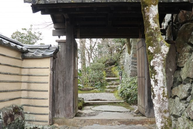 臥龍山荘門