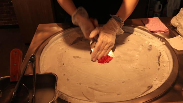 マンハッタンロールアイスクリーム 調理中