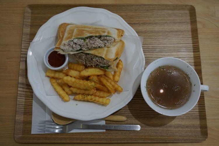 KintaroCafeホットサンドのサラダチキン