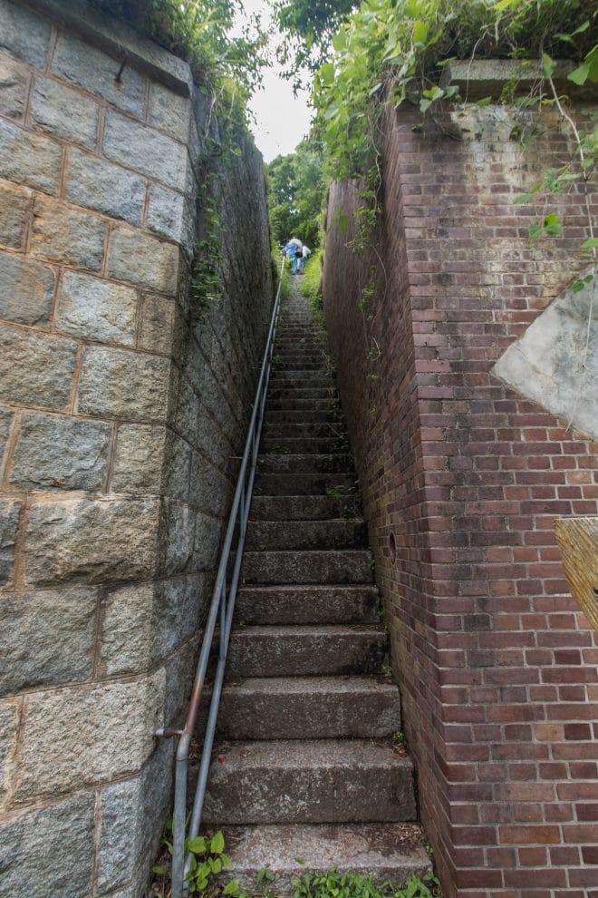 中部司令塔への階段