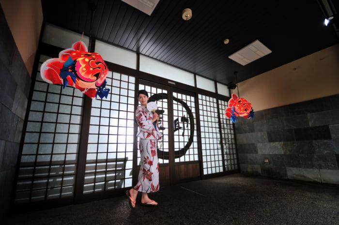 入口い飾られている金魚ねぷたとの写真