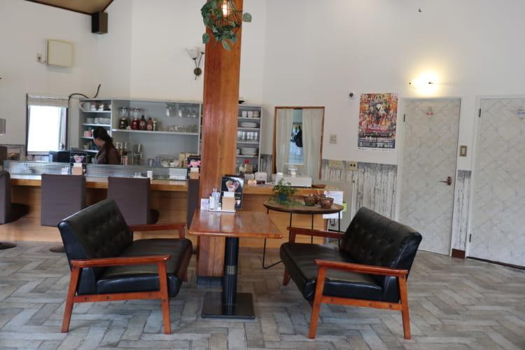 M's cafe 店内のソファー席