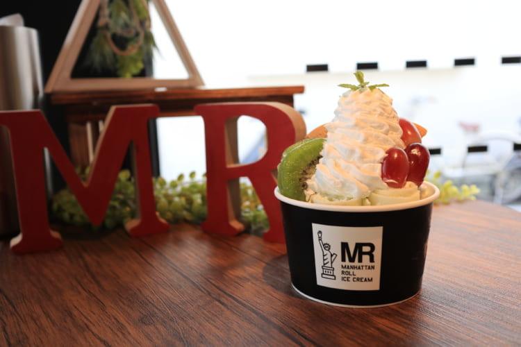 マンハッタンロールアイスクリーム MRの文字とアイス