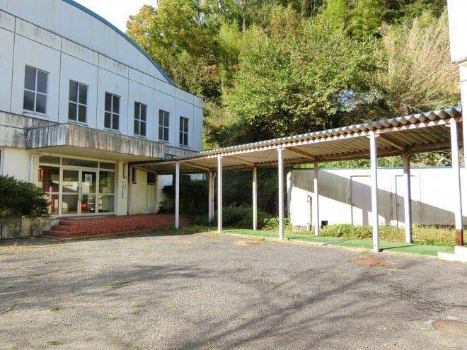 旧鈍川小学校体育館前駐車場
