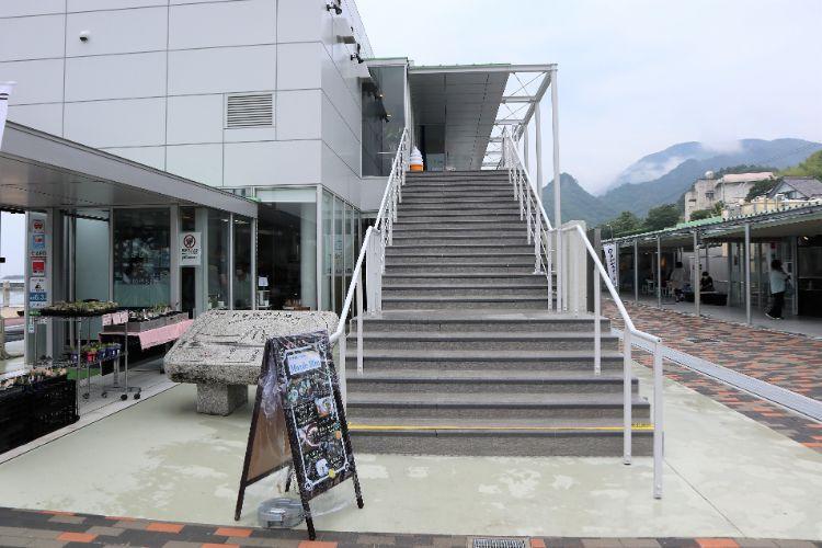 モンドブルー 階段