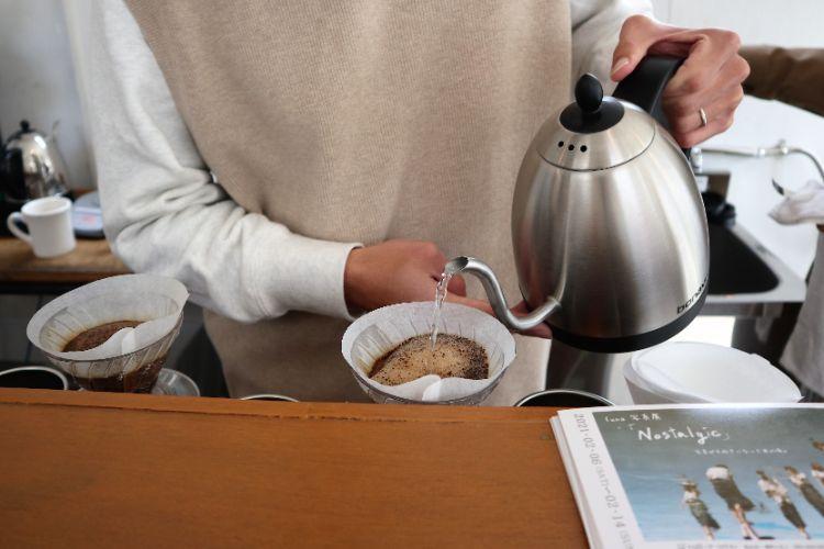 イコイコーヒー コーヒーを淹れる様子