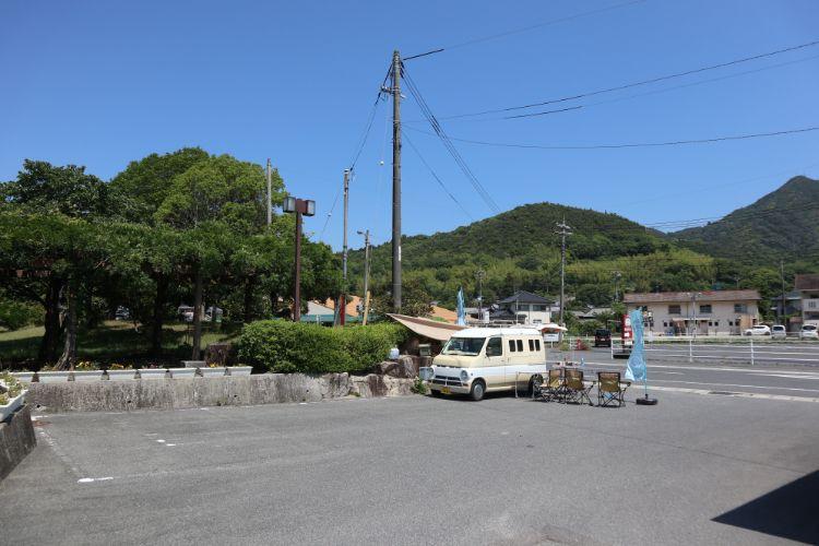 PULAU 駐車場とキッチンカー2