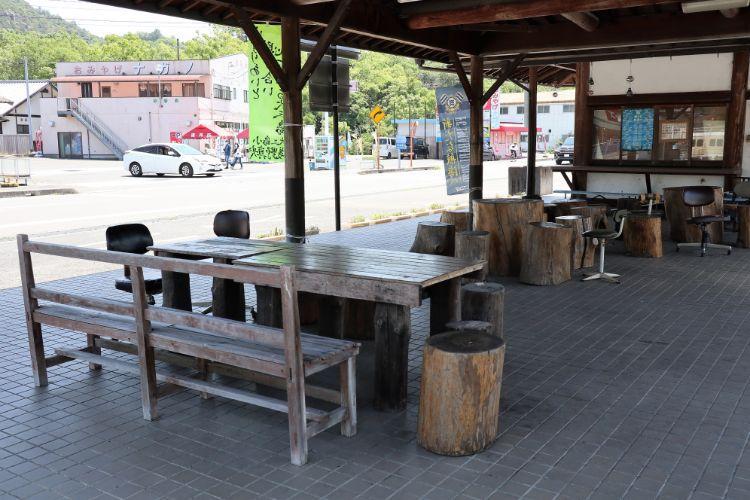 PULAU 駐車場内のテーブル1