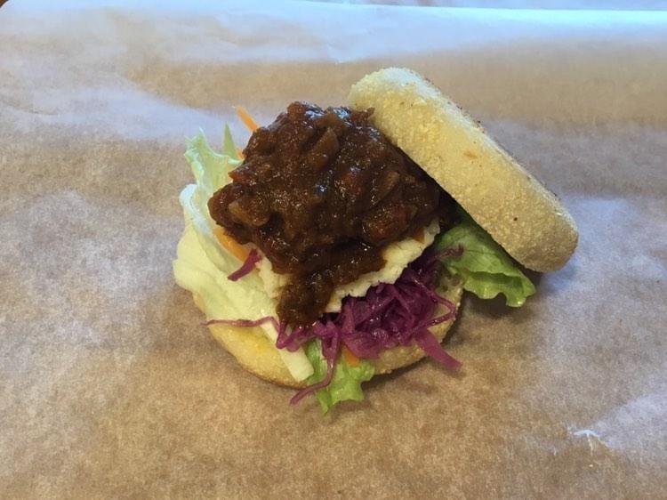 自家製カレーとマッシュポテトのサンドイッチ