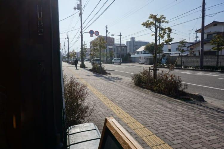 カム 店舗前の道