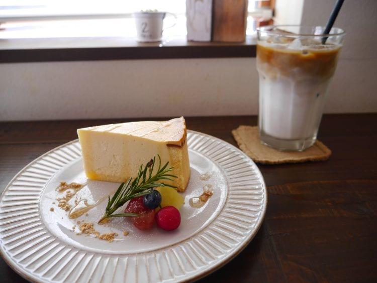 ユニフル ケーキとカフェラテ