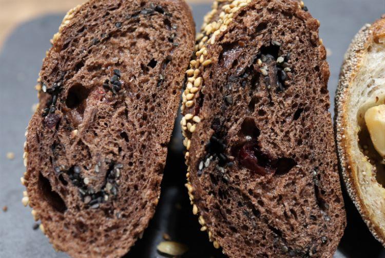 ユロ チョコレートとクランベリーと胡麻のパン