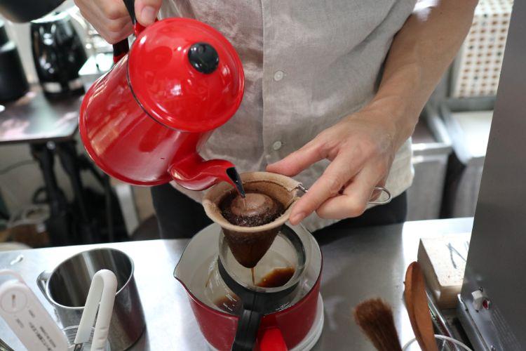 コハクコーヒー 作っている様子