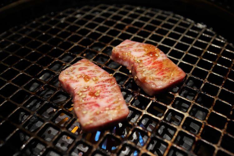 いしかわ お肉を焼く様子