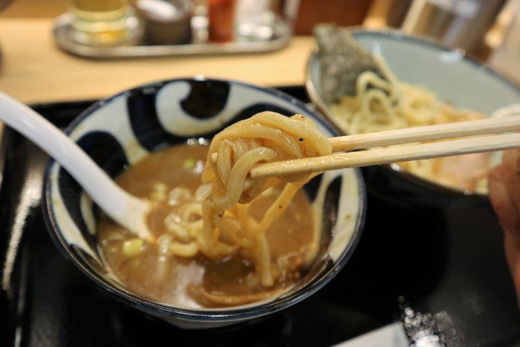 三竹寿 麺のアップ