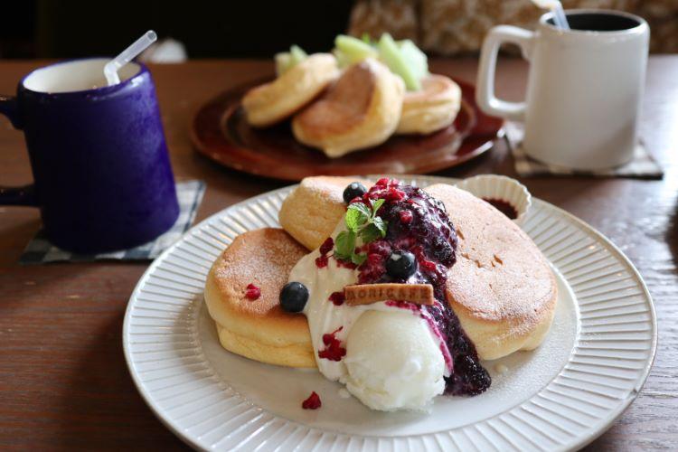 モリカフェ ラズベリーとブルーベリー ミルクソース添えのパンケーキ1