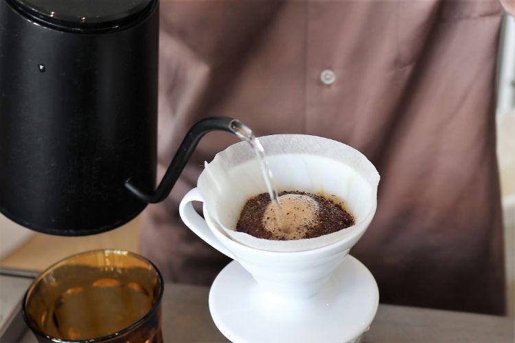 ピースフル コーヒーを淹れる様子2