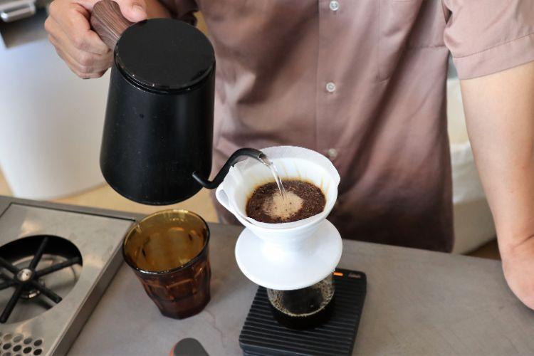 ピースフル コーヒーを淹れる様子