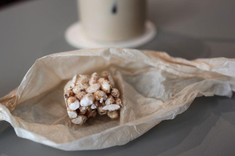 ひなのや アイスカフェラテのセットのポン菓子