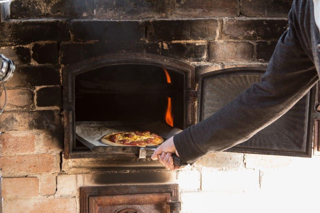 石窯でピザを焼く