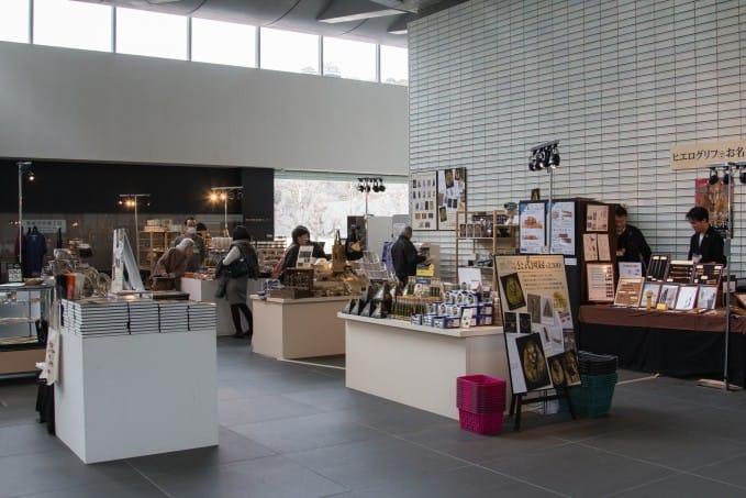 愛媛県美術館の一階フロアで催し