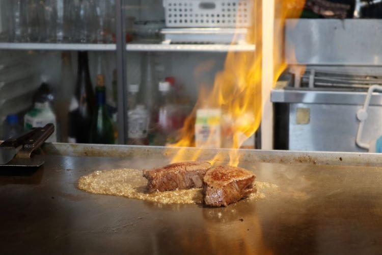 ゆう 鉄板で焼いている様子3