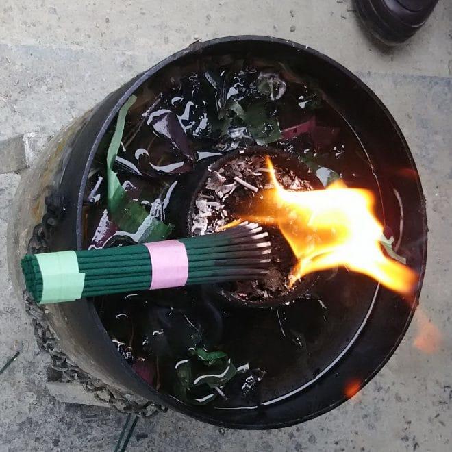 お線香と火