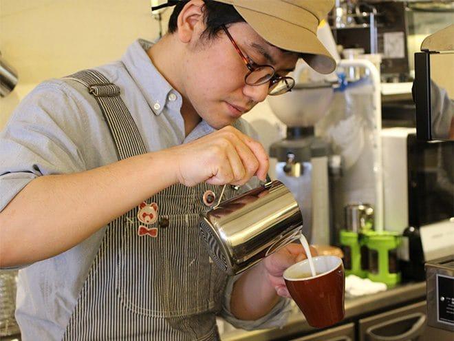ナカムラコーヒー カプチーノを淹れる店主中村さん