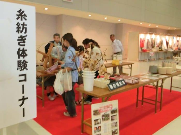 糸紡ぎ体験コーナー
