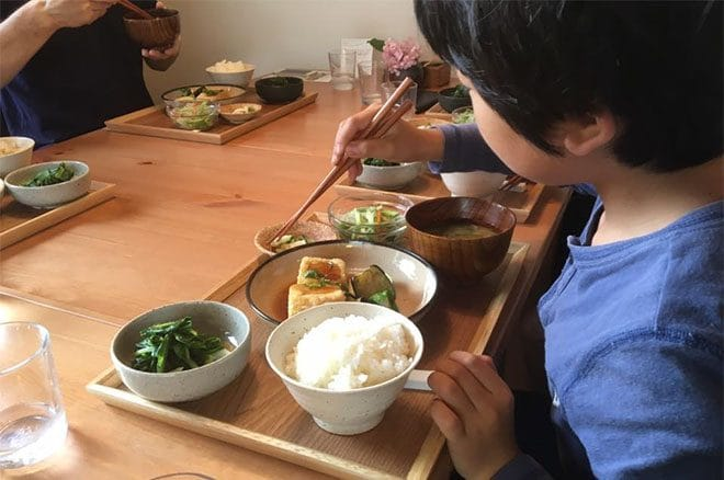 食堂まるふ農園ランチを食べる男の子
