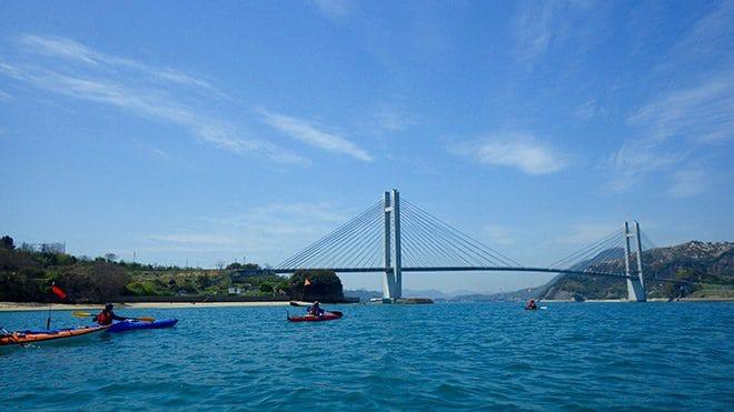佐島カヤック体験橋をくぐる